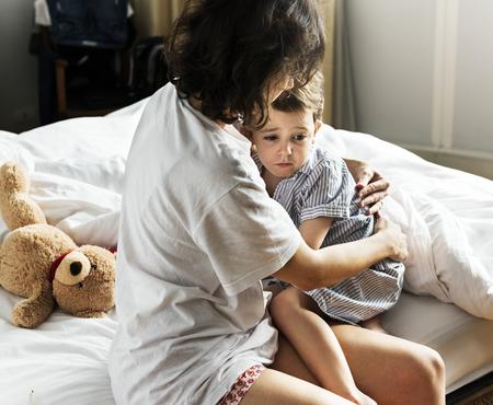 Moeder die haar zoon troost tegen een nachtmerrie