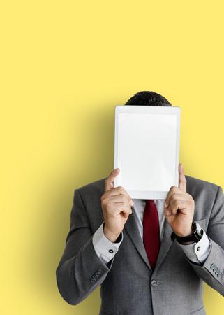 De zakenman die digitale tablet houden behandelde zijn gezicht