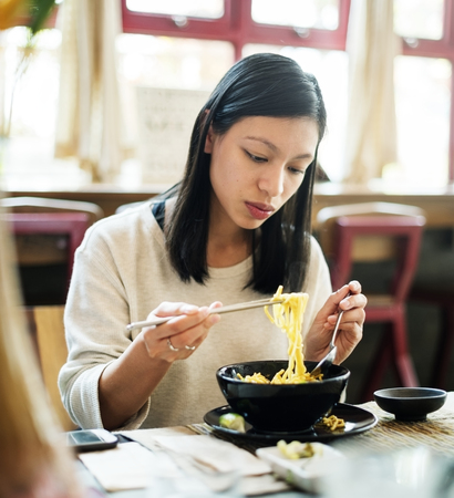 Femme asiatique, manger, nouilles Banque d'images - 89610412