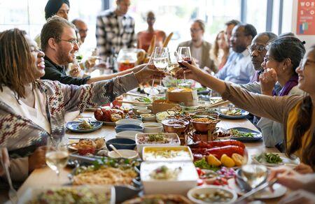 Un gruppo di persone diverse pranza insieme Archivio Fotografico - 90033284