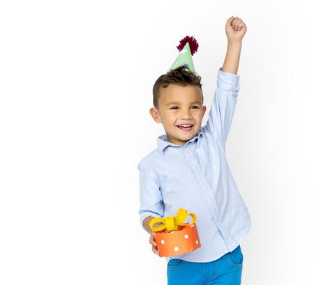 小さな男の子はパーティーハット手を保持ギフトスタジオの肖像画