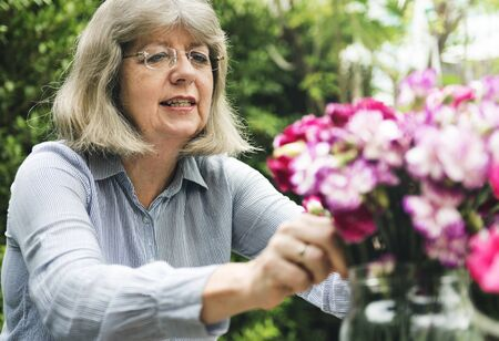 늙은 백인 여자 꽃 취미