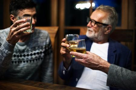 2 人の友人が一緒に酒を飲む