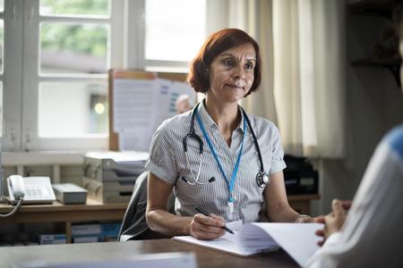 Paciente que se encuentra con un médico Foto de archivo - 90595615