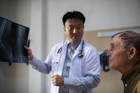 患者X線フィルムを持つ医師