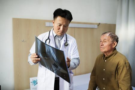 Doutor, com, paciente, raio x, película