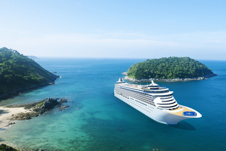 Cruise Ship in the Ocean with Blue Sky Imagens