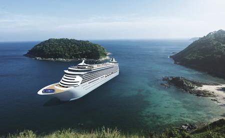 青い空と海での船をクルーズします。