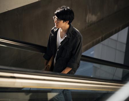 에스컬레이터에 잘 생긴 아시아 사람