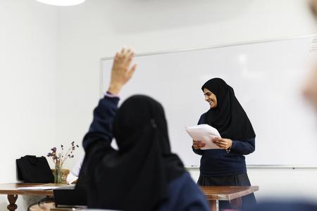 교실에서 공부하는 다양한 이슬람 소녀들