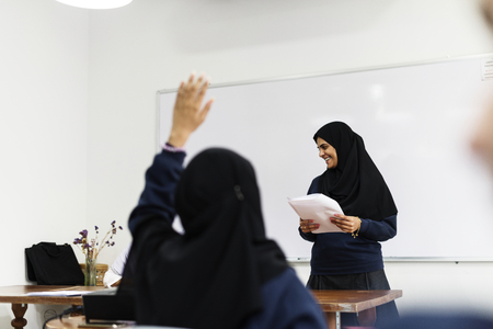 Diversas chicas musulmanas estudiando en aula Foto de archivo - 90600146