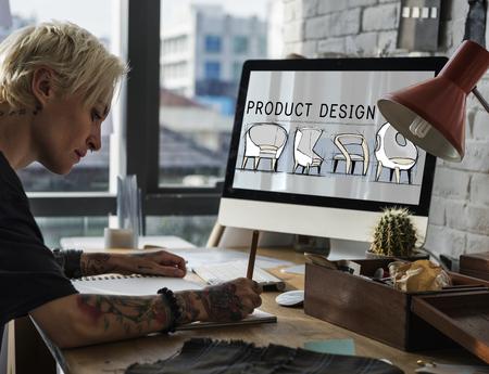 Mode-ontwerper werkt op haar computer Stockfoto