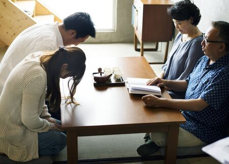Japanese family paying respect 스톡 콘텐츠