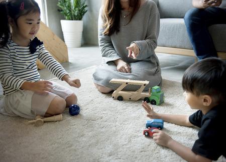 一緒に時間を過ごす日本の家族