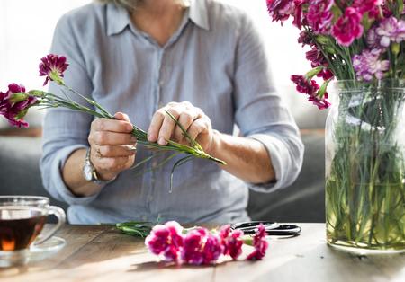 花のトリミングとテーブルの配置