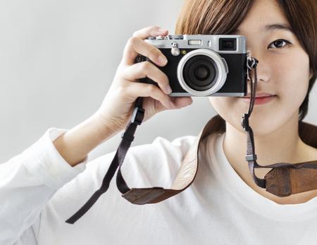 Una mujer asiática tomando fotografías Foto de archivo - 90622273