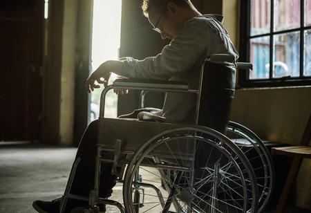 Alcoholische man zittend in een rolstoel