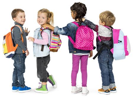 バックパックスクールを運ぶ小さな子供たち