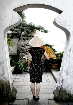 A Chinese woman in a garden 版權商用圖片