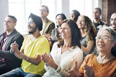 Een groep divers publiek in een vergadering