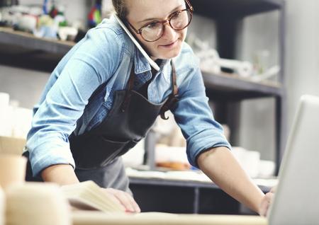 Vrouw die in een aardewerkstudio werkt Stockfoto