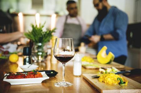 Groupe d'amis font la cuisine dans la cuisine Banque d'images - 90705603