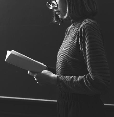 本を読むグレースケールの女の子