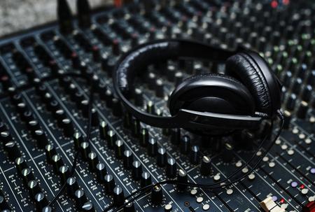 サウンド ミキサー駅上のヘッドフォン