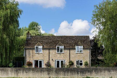 Ziegelsteinhaus in einer Landschaft Standard-Bild - 90815145