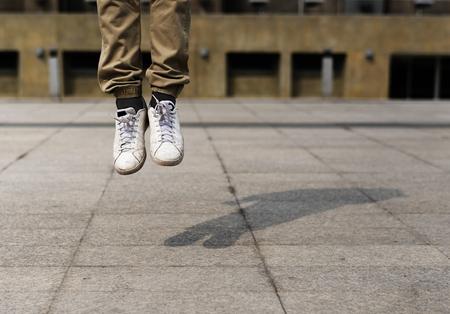 空中でジャンプする脚のペア