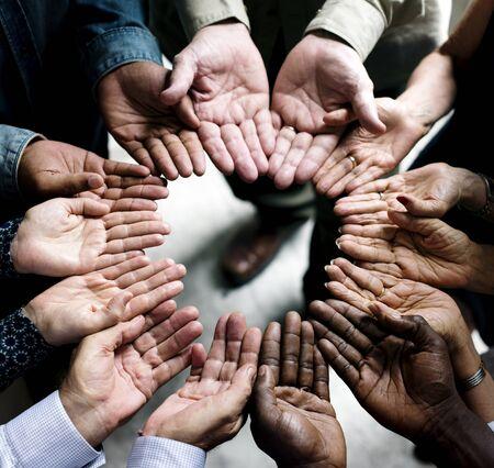 円の中の多様な手のグループ
