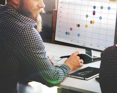 컴퓨터 화면에 비즈니스 데이터 평가가 표시됩니다.