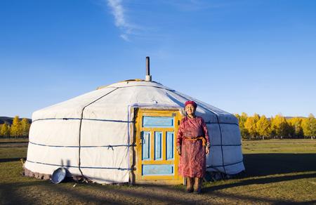 ゲルの前に立つモンゴルの女性 写真素材
