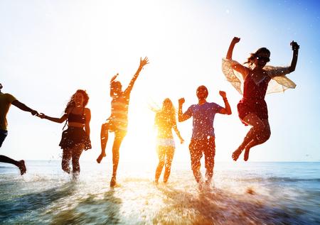 Vrienden die in het water bij het strand spelen