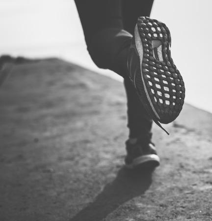 달리는 동안 신발의 근접 촬영 스톡 콘텐츠 - 90814280