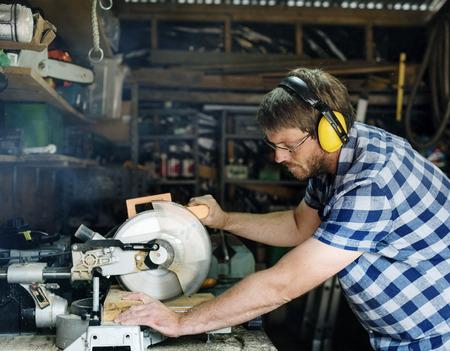 Artigiano che lavora con il legno Archivio Fotografico - 90678930
