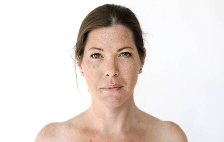 Femme worldface-britannique dans un fond blanc