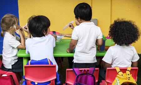 小学校の幸せな子供たち 写真素材