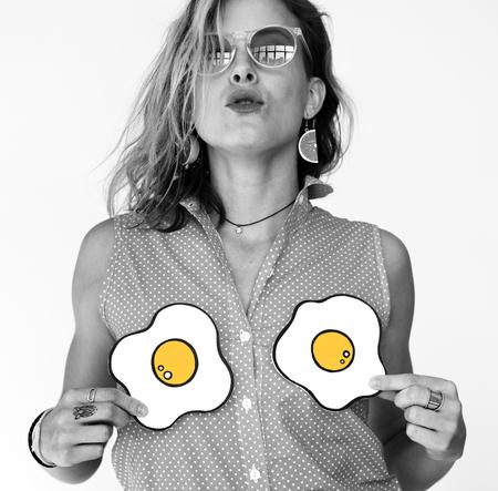 Studio Shoot People Diversity Race met twee cartoon-eieren op de borst