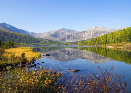 자연 산과 물의 경치를 볼 수 있습니다. 스톡 콘텐츠