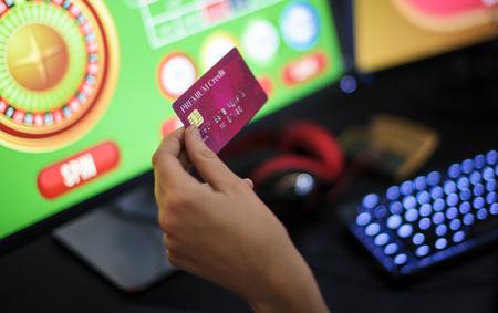 Hand met creditcard spelen online gokken