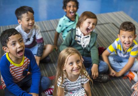 Glückliche Kinder bei der Grundschule Standard-Bild - 90813653