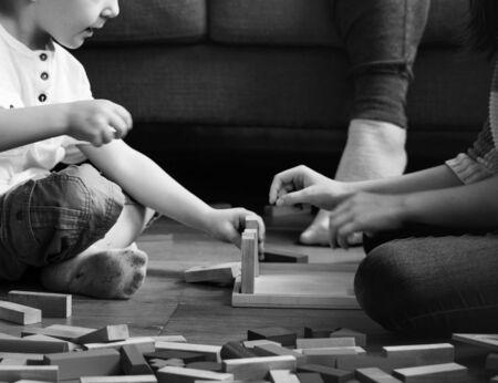 I bambini si divertono giocando blocchi giocattolo Archivio Fotografico - 90813819