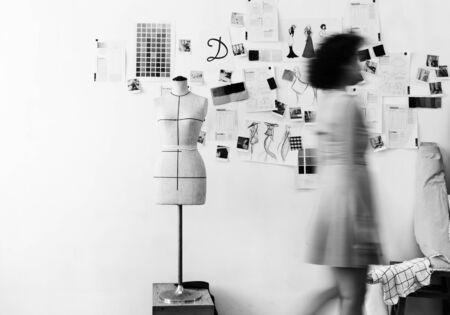 Zwart-wit beeld van een vrouw die loopt