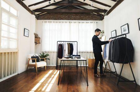 Klant winkelen voor kleding Stockfoto
