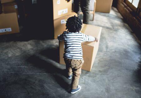 Afrikaanse jongen speelt met een doos Stockfoto