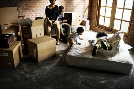 Afrikaanse familie dingen uitpakken na verhuizing naar een nieuwe plek Stockfoto