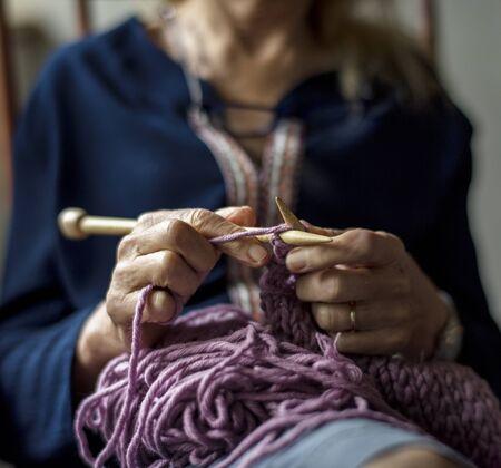 할머니는 수공예 취미 뜨개질 스톡 콘텐츠 - 90813394