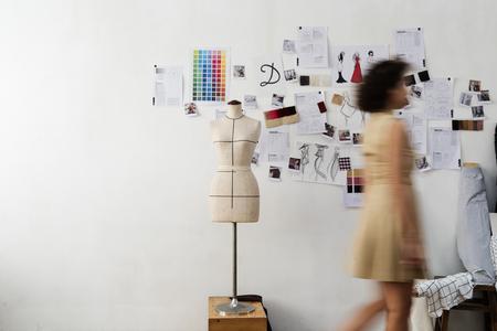Mensen lopen op kantoor Stockfoto
