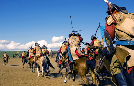 歴史的な出来事を再現する完全装甲兵士の群衆。